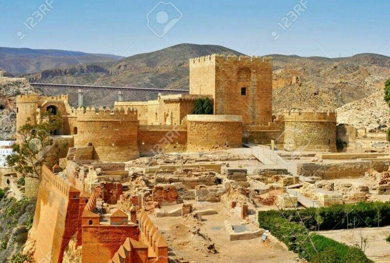 36789932-una-vista-de-las-murallas-de-la-alcazaba-de-almería-en-almería-españa
